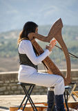Jeune Madame jouant une harpe Images stock