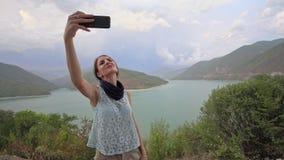 Jeune Madame Taking Selfie Near le lac banque de vidéos