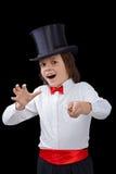 Jeune magicien dans l'excitation d'un tour image stock