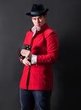 Jeune magicien dans le chapeau avec des cartes Image stock