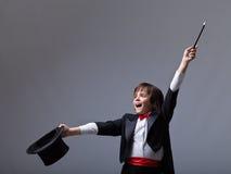 Jeune magicien exécutant un tour Photos stock