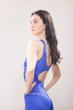Jeune maillot de bain fier de femme de nageur photos libres de droits