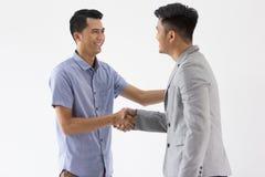 Jeune main asiatique de secousse d'affaires Photo libre de droits