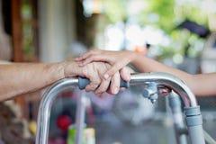 Jeune main de dame âgée de contact de main photo libre de droits