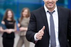 Jeune main de offre d'homme d'affaires pour la poignée de main Photo stock