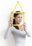 Jeune maison de formation femelle de règle de pliage photo libre de droits