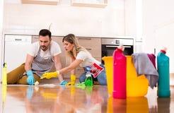 Jeune maison de nettoyage de couples ensemble Photo libre de droits