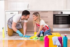Jeune maison de nettoyage de couples ensemble et ayant des moments tendres Photographie stock libre de droits