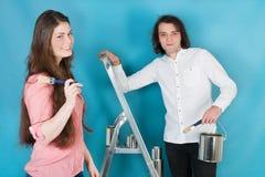 Jeune maison de peinture de couples Photos stock