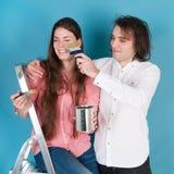 Jeune maison de peinture de couples Images stock