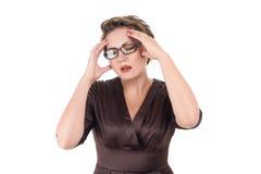 Jeune mal de tête en difficulté de sensation de femme photographie stock libre de droits