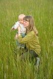 Jeune maman attirante avec la petite chéri image stock