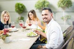 Jeune mangeur d'hommes avec ses amis Photographie stock libre de droits