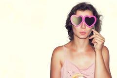 Jeune mannequin Girl de beauté avec des verres de papier de coeur de Valentine Amour Cadeau de jour de valentines D'isolement sur Photos stock