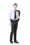 Jeune manteau asiatique de prise d'homme d'affaires image stock