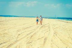Jeune marche américaine de couples, détendant sur la plage dans nouveau Jers Photographie stock libre de droits