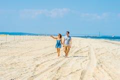 Jeune marche américaine de couples, détendant sur la plage dans nouveau Jers Images stock