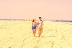 Jeune marche américaine de couples, détendant sur la plage dans nouveau Jers Photographie stock