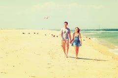 Jeune marche américaine de couples, détendant sur la plage dans nouveau Jers Photos stock