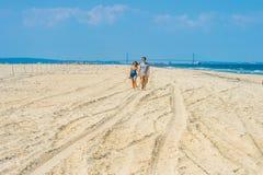 Jeune marche de couples, détendant sur la plage dans le New Jersey, les Etats-Unis Images stock