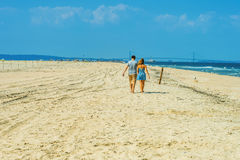 Jeune marche de couples, détendant sur la plage dans le New Jersey, les Etats-Unis Photographie stock