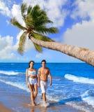 Jeune marche de couples sur le rivage de plage Image stock