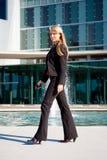 Jeune marche de femme d'affaires Photo libre de droits