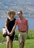 Jeune marche heureuse de couples photos libres de droits