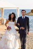 Jeune marche heureuse de nouveaux mariés Photographie stock libre de droits