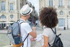 Jeune marche multi-ethnique de couples extérieure dans la ville Images libres de droits