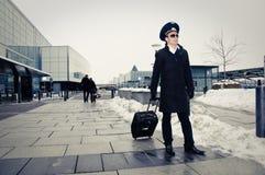 Jeune marche pilote avec des bagages dans l'airpor de Kastrup Images libres de droits