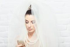 Jeune mariée à l'aide du portable Image libre de droits
