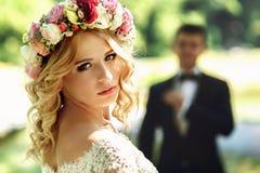 Jeune mariée émotive de sourire de blonde magnifique dans la robe blanche i de vintage Images stock