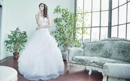 Jeune mariée attirante de brune pensant à l'avenir Photographie stock libre de droits