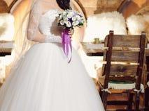 Jeune mariée au café de cave Images stock