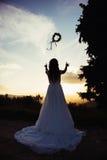 Jeune mariée au coucher du soleil, en nature Photographie stock libre de droits
