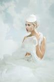 Jeune mariée au-dessus du fond de ciel Type de cru Image libre de droits