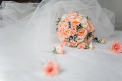 Jeune mariée avec des amis Photos stock