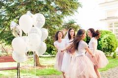 Jeune mariée avec des amis en parc d'été Images stock