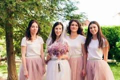 Jeune mariée avec des amis en parc d'été Image libre de droits