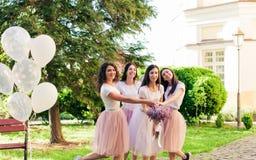 Jeune mariée avec des amis en parc d'été Photo libre de droits