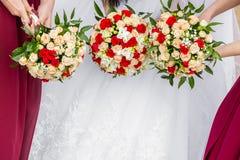Jeune mariée avec des amis tenant un bouquet des roses Photos stock