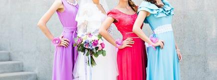 Jeune mariée avec des demoiselles d'honneur sur le parc dans le jour du mariage Photos libres de droits