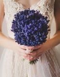Jeune mariée avec des fleurs Images stock