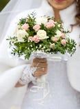 Jeune mariée avec des fleurs. photos stock