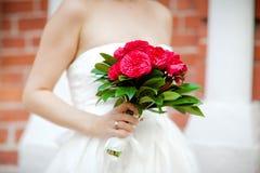 Jeune mariée avec des fleurs photographie stock libre de droits