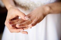 Jeune mariée avec la bague de fiançailles Images libres de droits