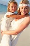 Jeune mariée avec la demoiselle d'honneur au beau mariage de plage Photos stock
