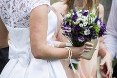 Jeune mariée avec la fleur de mariage Photos libres de droits