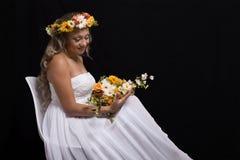 Jeune mariée avec la guirlande de fleurs Image stock